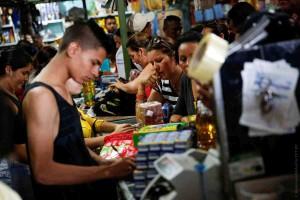 Венесуэльцы пошли за продуктами и лекарством в Колумбию