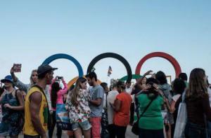 Выразить свой протест против огромных затрат, которые были правительством Бразилии направлены на подготовку и проведение олимпиады, на улицы Рио-де-Жанейро вышли сотни митингующих. Основной целью демонстрантов стал городской отель Copacabana Palace Hotel, в котором проживают прибывшие для участия в олимпиаде спортсмены. Протестующие настолько радикально настроены, что у некоторых из них, в руках можно увидеть плакаты с надписью «Нет Олимпиаде!» Такой протест просто шокировал спортсменов, им остается наблюдать за происходящим с террасы отеля. Кризис, который охватил Бразилию, негативно сказывается на всем олимпийском процесс. Граждане страны протестовали во время подготовки к олимпиаде, также, протестуют в момент, когда приближается торжественный момент открытия игр. Чтобы в полном объеме подготовиться к проведению игр, бразильскому правительству пришлось потратить несколько миллиардов долларов. Для этого, пришлось сократить финансирование некоторых отраслей. В первую очередь, пострадали самые незащищенные группы граждан. Учитывая сложность ситуации, страна должна была пойти на значительное сокращение подготовительных мер. Сократили даже церемонию открытия олимпиады, чтобы можно было сэкономить больше денег. Открытие олимпиады запланировано на стадионе «Маракана». Ранее запланированная сумма, которую нужно было потратить на открытие, также, была до минимума сокращена. Вчера, во время церемонии торжественной встречи олимпийского огня, граждане страны также устроили протесты, они выступали против слишком больших расходов и неумения власти экономить бюджетные деньги. Пожалуй, за последнее время, это одна из немногих олимпиад, которая, еще не начавшись, отметилась многими скандалами и протестами. Это потребовало также дополнительных расходов на безопасность при проведении олимпиады.