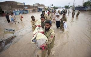 В результате наводнения в Пакистане, десятки погибших и пропавших без вести