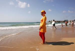 Мэры многих городов Франции отказались снимать запрет на буркини