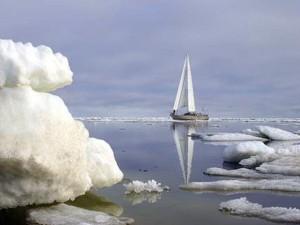 Британский путешественник на яхте обогнул Северный полюс