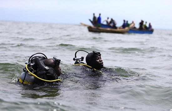 На озере Альберт в Уганде, опрокинулось судно с футбольной командой и фанатами