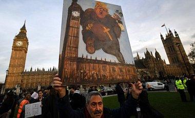 Британские законодатели продолжают спорить о визите Трампа на фоне протестов