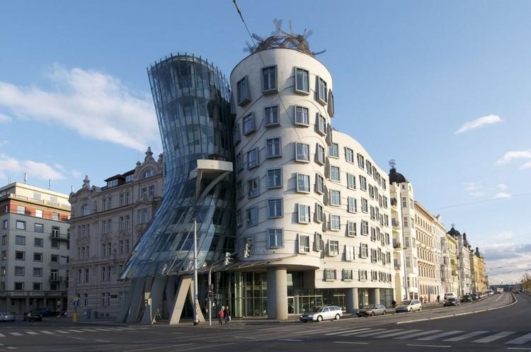«Танцующий дом» в центре Праги