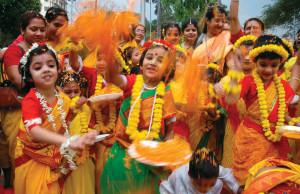 Обрушение стены храма на праздновании дня рождения Кришны в Индии