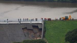 Британский городок Уэйли-Бридж эвакуировали из-за опасений обрушения плотины