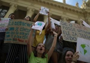 Активисты проводят протесты в Лондоне и других крупных городах страны, против изменений климата
