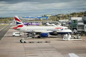 Протестующий по изменению климата взобрался на самолет British Airways в аэропорту Лондона
