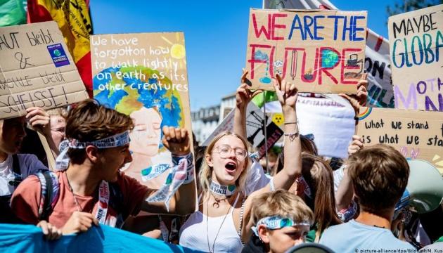 Сегодня, учащиеся по всему миру вышли протестовать против изменений климата накануне саммита ООН