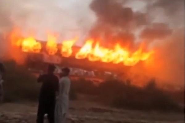 В Пакистане на железной дороге сгорели три вагона, пострадали десятки людей