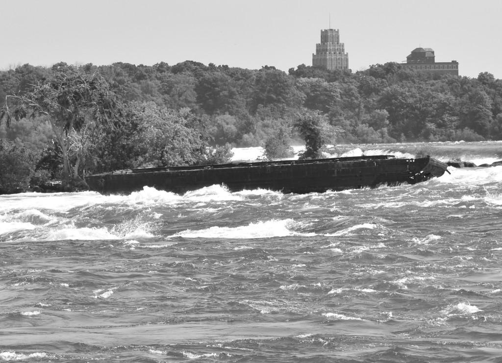 Мощный шторм выбросил из камней старую железную лодку, которая может перевалиться через Ниагарский водопад
