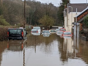 Мощный шторм сменяется новым штормом в Великобритании